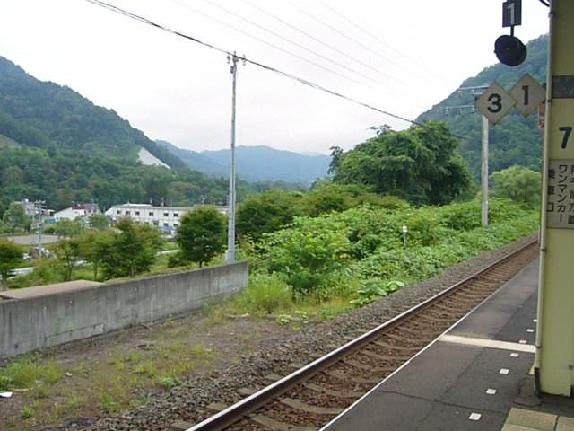 新夕張駅を通過する貨物列車