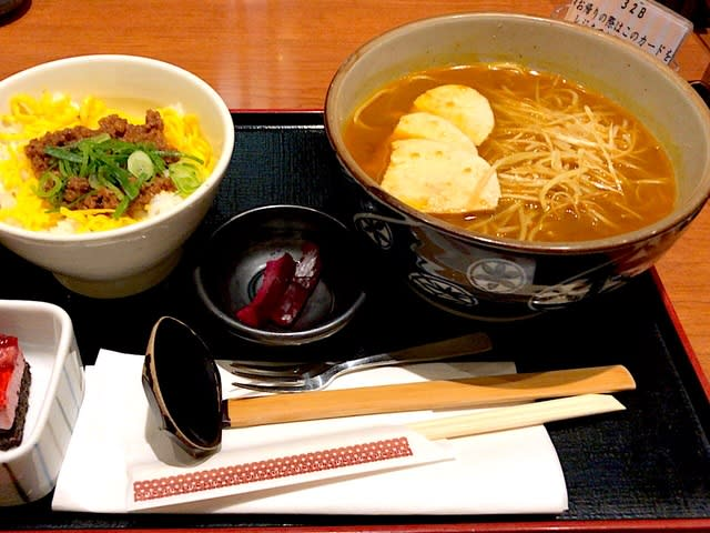 カレー南蛮と鶏そぼろ飯を頂きました。 at そば割烹  安曇野庵 青山一丁目店