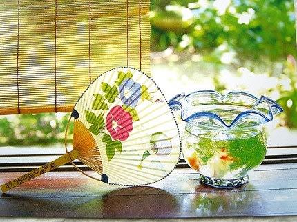 夏のうちわと金魚鉢