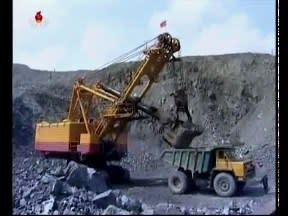 北朝鮮 「万里馬速度で疾風の如く走ろう-茂山鉱山輸送事業所【youtube.com】