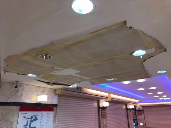 とうとう天井が剥げ落ちた「ペスカ岡山」
