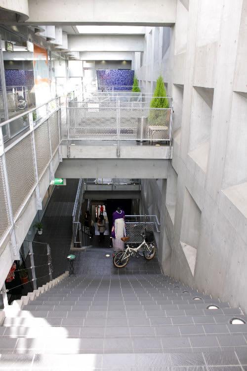 詩の小路ビルの階段