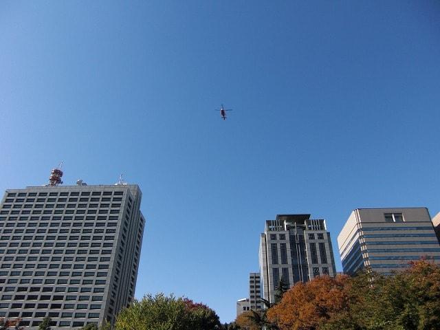 青空にヘリコプター