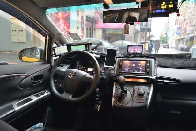 タクシー運転席にスマホと液晶が...