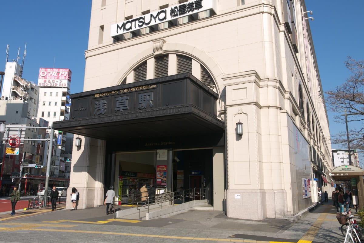 浅草駅ビル南側の正面入り口の全景を撮影しました。正面入り口を入ってすぐの階段かエスカレーターを登れば、東武スカイツリーライン浅草駅の改札前に出ることが出来  ...
