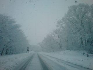 融雪道路もご覧の通り。途中までは今日は雪が少ないなぁと車を走らせているとパシパシと痛そうな音が響いてきて、あっと言う間に雪が増えていきました。