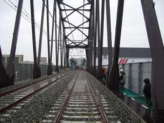 阪神なんば線九条駅と西九条駅間の安治川橋梁から西九条駅方面の高架橋を望む