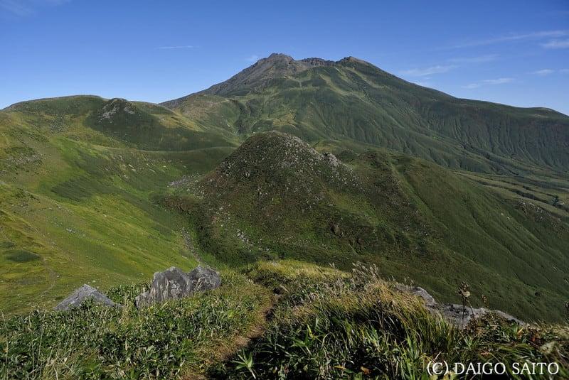 笙ヶ岳から山頂を望む