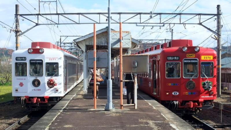和歌山電鐵「いちご電車」と「おもちゃ電車」
