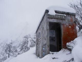6合目避難小屋。入口は十分。登山をしてるグループもいくつか