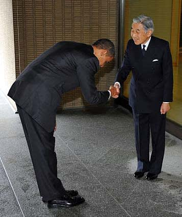 Obama_bows_before_emperor_2
