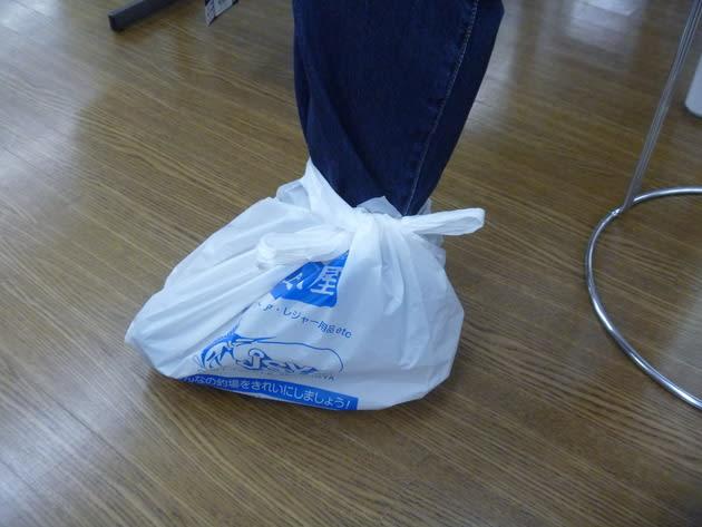 靴を履いたままレジ袋活用でオーバー(レイン)パンツを履く方法
