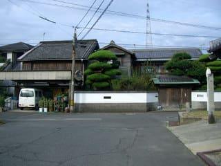 元妓楼と湊明神社の位置関係から昔の海岸線を想像する