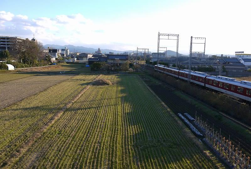北の西新堂跨線橋から見た松ノ下古墳