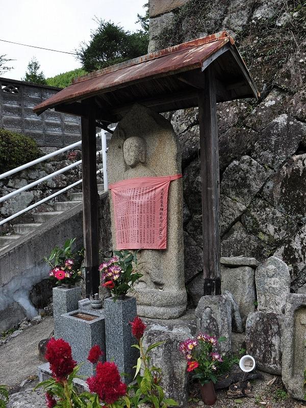 集落の中央にある地蔵石仏