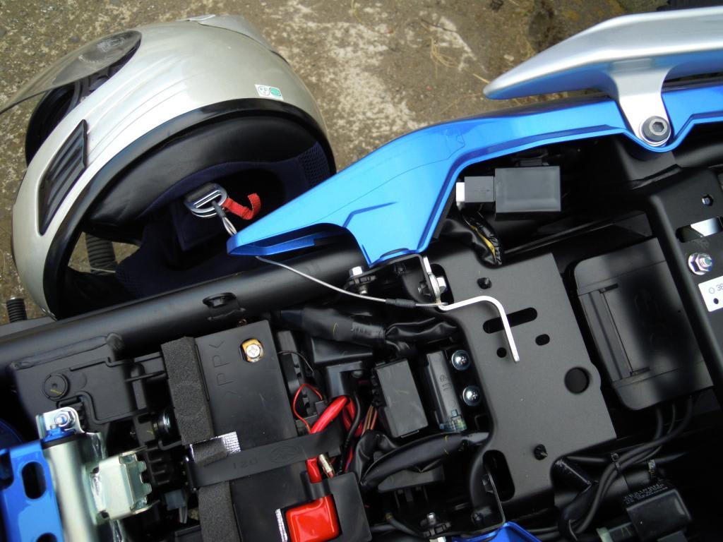 ヘルメットホルダー用ワイヤーは、シート下の工具入れの中にあります。