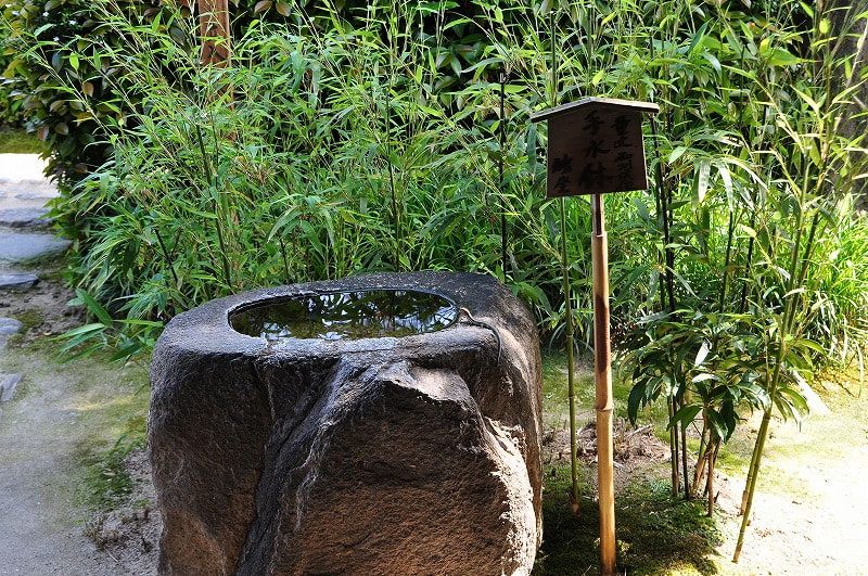 独坐の手水鉢