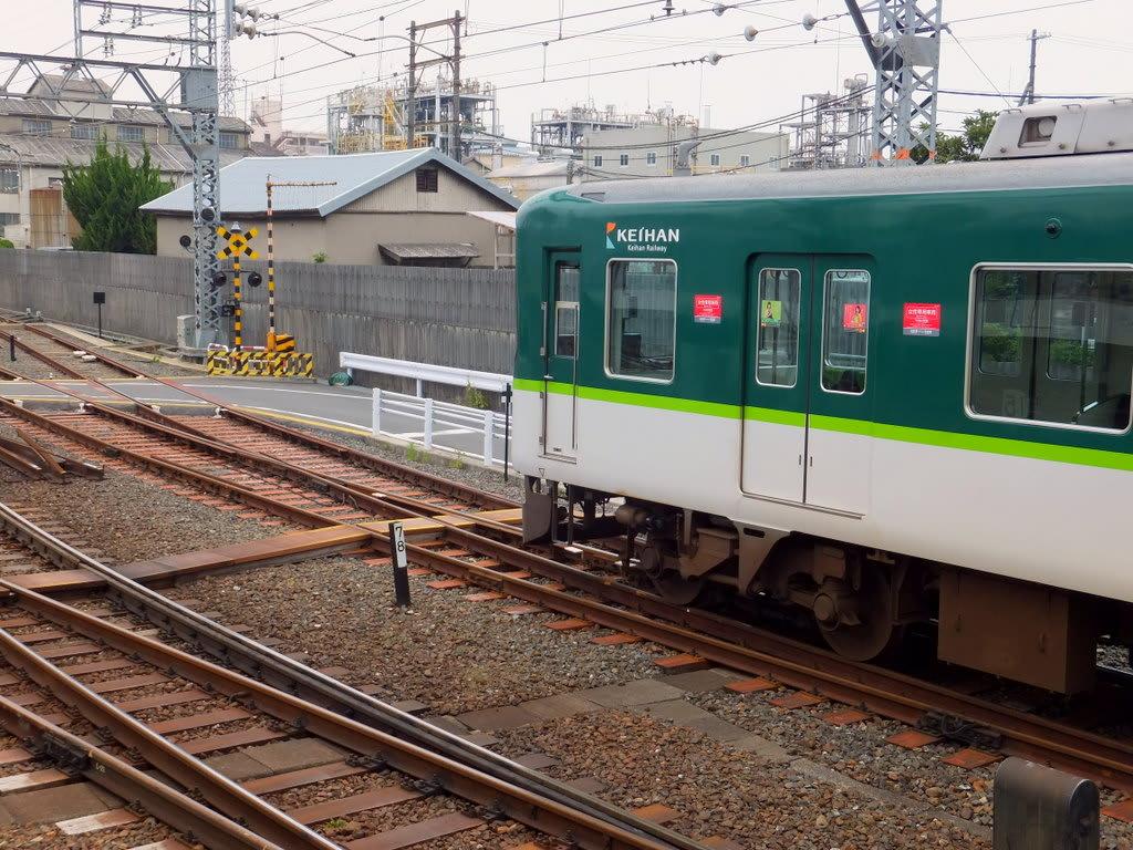 中書島駅4番線停車中の京阪9000系回送