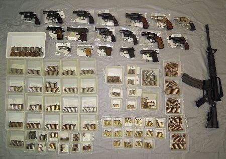 住宅から拳銃18丁押収、実弾670...
