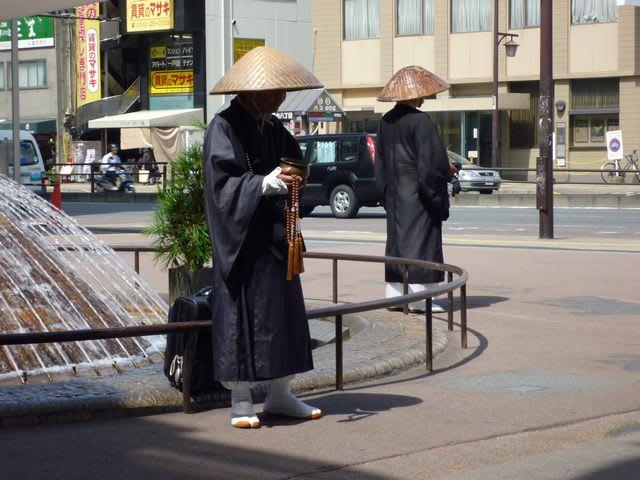 僧 托鉢 カンボジア・シェムリアップの托鉢僧の「お小遣い」は増えている! 住民の生活が忙しくなったから!?