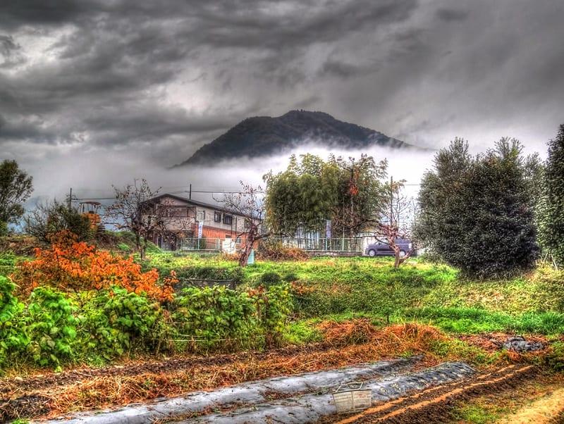 層雲の上に頭を出す二上山,霧に煙るニ上山,ガスに煙る二上山,画像,写真,奈良県香芝市磯壁1丁目,HDR写真