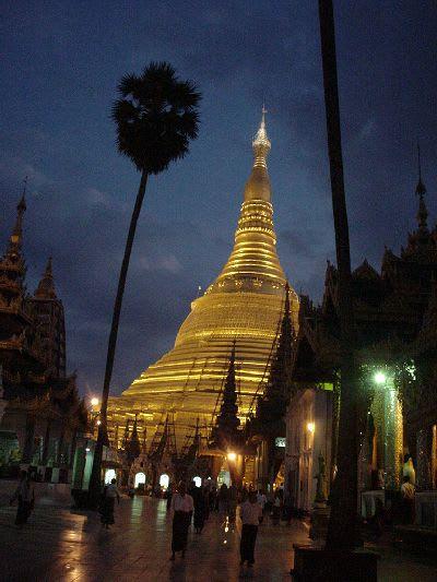 ビルマ(ミャンマー)・ヤンゴンのシュエダゴォンパゴダ(寺院)