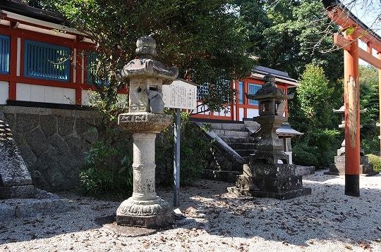境内社八柱神社の石灯籠