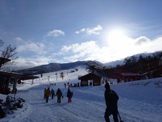 スキー場は圧雪10~30cm。公式積雪は50cm。思ったより少ない。朝の時点でザクっと数えた限りでは、中ノ原で200人、豪円山で200人くらい。スキーセンターに30人くらいでした。