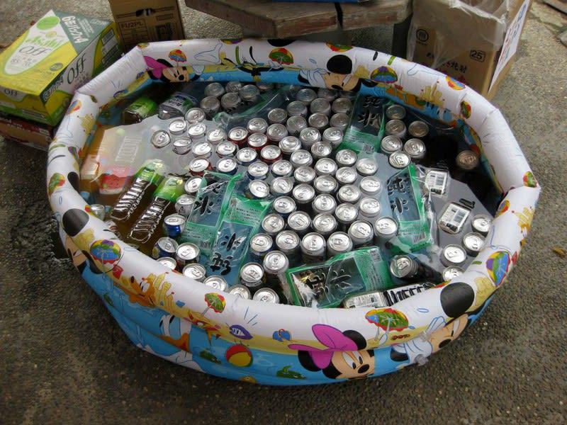Drinks_in_pool