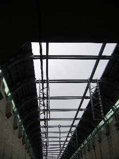 阪神なんば線九条駅から西九条駅へ向かう開削トンネルの出口
