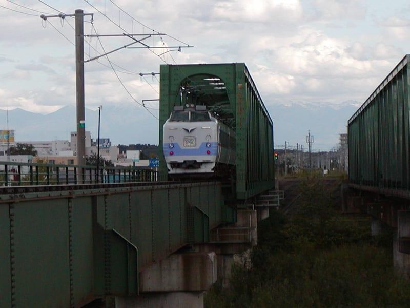 そして鉄橋をくぐり、旭川駅へ・・