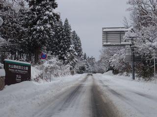 昨日除雪車がガリガリしてましたが、氷(圧雪)が残ってます。