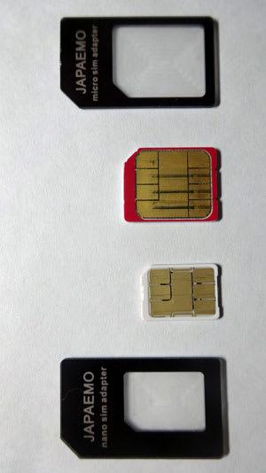 microSIMとnanoSIMの比較。標準サイズに変換するアダプタを添えて