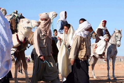 51000a66d713d 馬や駱駝に乗った一行が見えました。 彼らも砂漠の民でしょう。