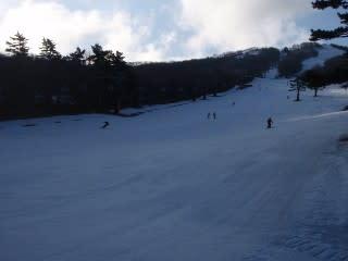 国際スキー場。ここなら公式発表の積雪40cmも十分。この付近の谷には雪がたくさん(?)あり、歩くのも大丈夫そうですが、位置的に…。