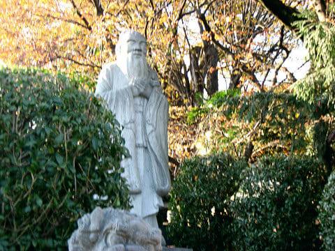 足利学校付近の孔子像