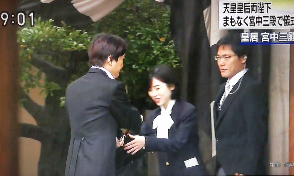 秋篠宮 傘 投げる 映像