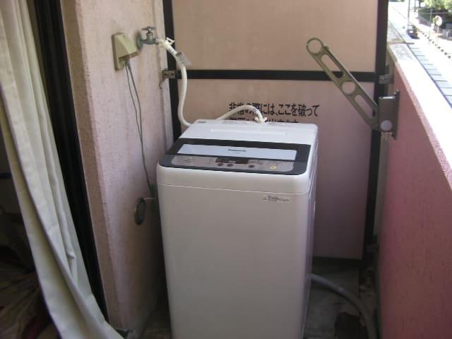 アパートのベランダの室外機と洗濯機 - 栄電気のココロ
