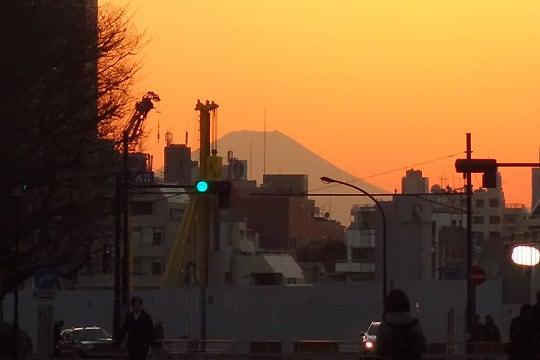 聖徳記念絵画館前からダイヤモンド富士