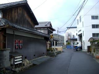 東海道から草津市矢倉2丁目の愛宕神社を望む