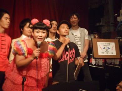 2ce1a14778666 一曲目の「こっちだよ」は弾き語りでしたが、それを除いては、サポートキーボードの松下福寿さんをしたがえ、スタンディングで歌に集中するスタイルでした。