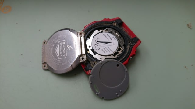 9f1577ca43 カシオ Gショックの電池交換です まずは、上下のバンドはずして うら蓋のネジとります