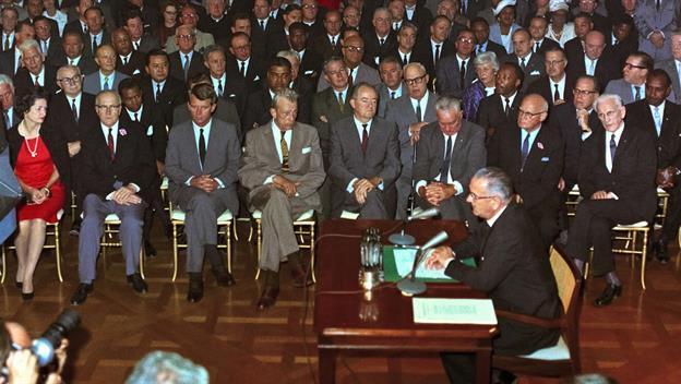 ジョンソン大統領は、公民権法に...