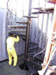 らせん階段 溶接中