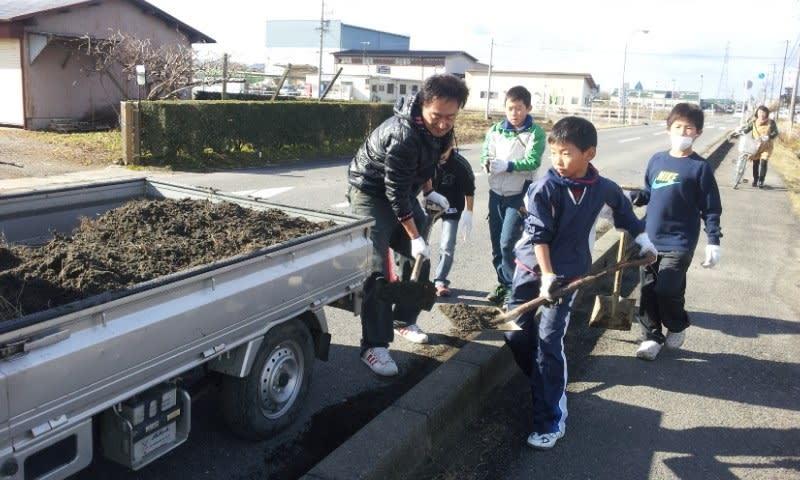 牧野太鼓で道路掃除