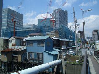 手前には昔ながらの船宿風のトタン屋根の建物が並ぶ。 その後ろにはキャピタルマークタワー、激しい落差。