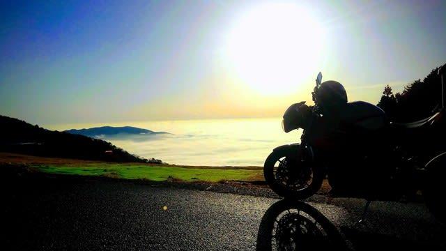 夜明けから霧と山道を走り抜けた先には…