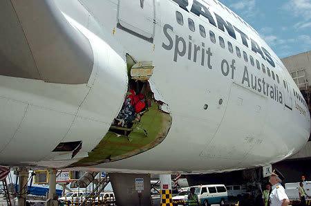 B747型機 機体に3メートルの穴が開き緊急着陸 Flight2005