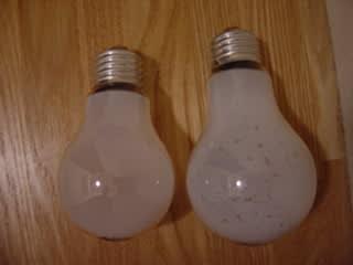 新旧の電球を比較中