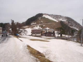 雪がガチガチに固まっており、簡単には融けそうにありません。とは言ってもスキーのシーズンはそろそろ終わりが見え掛けていますが…。